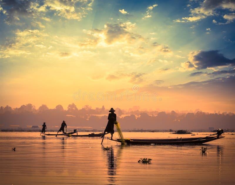 Traditionella Burmese fiskare på Inle sjön Myanmar royaltyfri bild