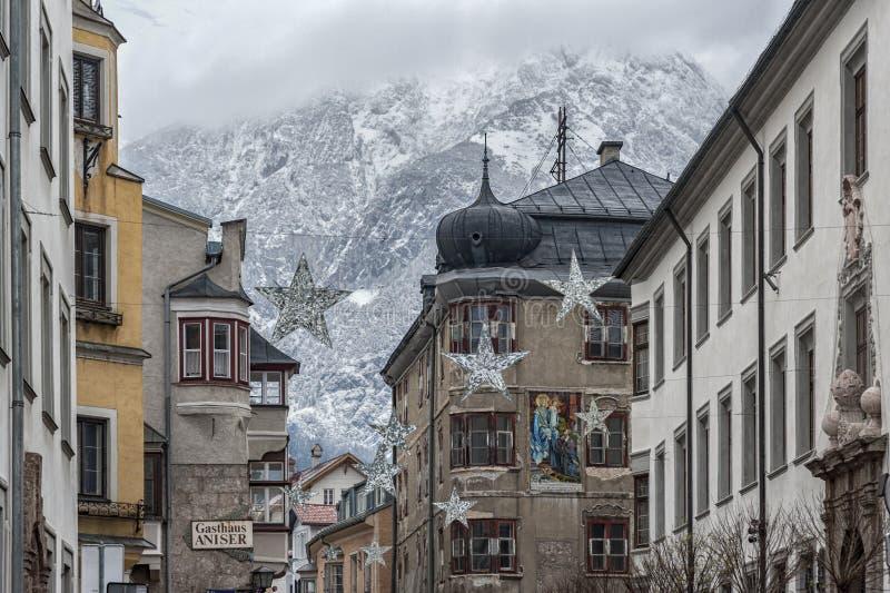Traditionella byggnader och färgrika fasader av hus i den medeltida staden av Hall i Tyrol, Österrike arkivfoto