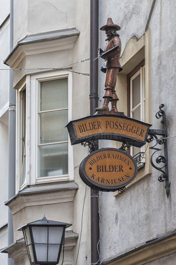 Traditionella byggnader och färgrika fasader av hus i den medeltida staden av Hall i Tyrol, Österrike royaltyfri bild