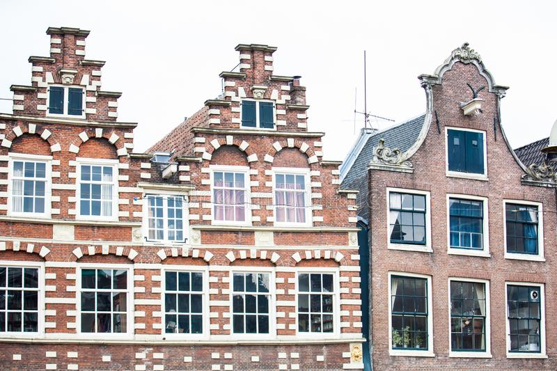 Traditionella byggnader på det gamla centrala området av Amsterdam royaltyfri foto