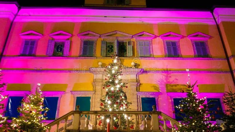 Traditionella Christkindlmarkt i den Hellbrunn slotten av Salzburg, Österrike fotografering för bildbyråer