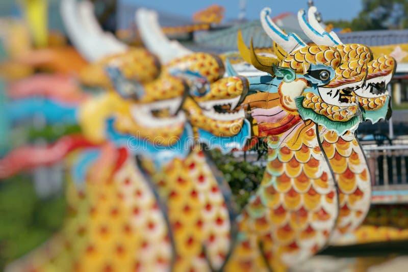 Traditionella Dragon Boat på doftfloden i ton, Vietnam arkivfoto