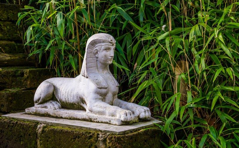 Traditionella egyptiska garneringar, skulptur för vitstensfinx i en trädgård royaltyfri fotografi