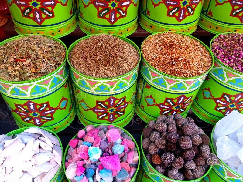 Traditionella färgglade spiecies i en typisk exotisk moroccan sukmarknad arkivfoton