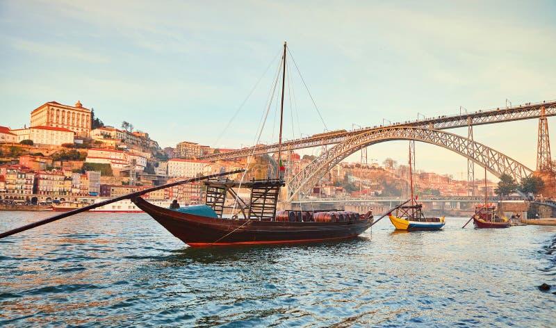 Traditionella fartyg med vinfat på den Douro floden i gamla Porto med bakgrund av den Dom Luis bron, Portugal arkivbild