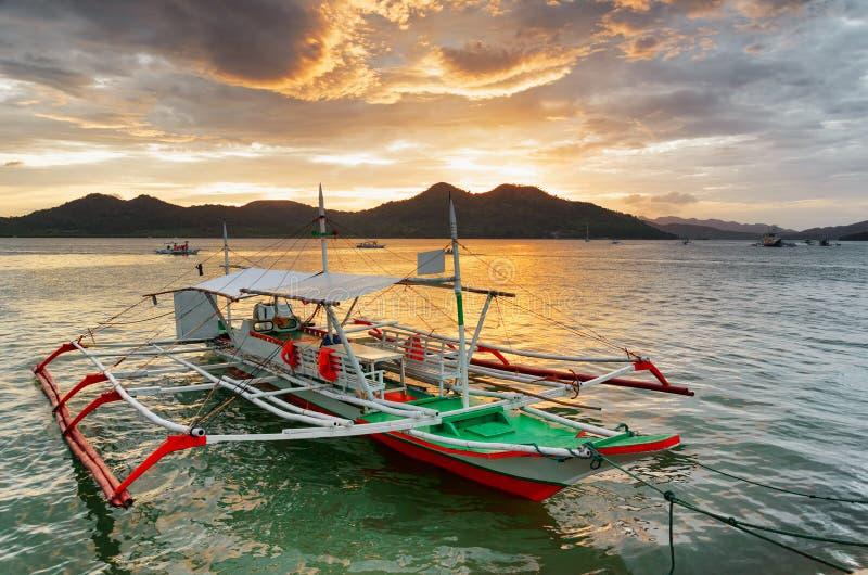 Traditionella fartyg på solnedgången. Filippinerna arkivbilder