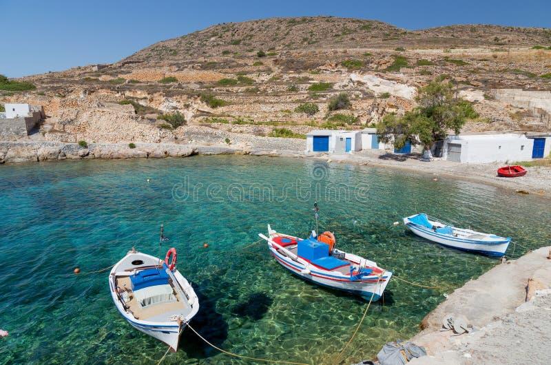 Traditionella fiskebåtar i Ag Nikolas fjärd, Kimolos ö, Cyclades, Grekland arkivbilder