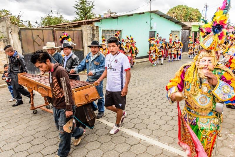 Traditionella folk dansare i maskerings- & dräktdans till marimbamusien fotografering för bildbyråer