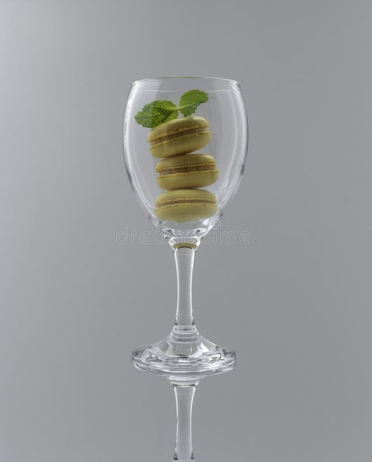 Traditionella franska färgrika makron i ett vinexponeringsglas royaltyfria foton