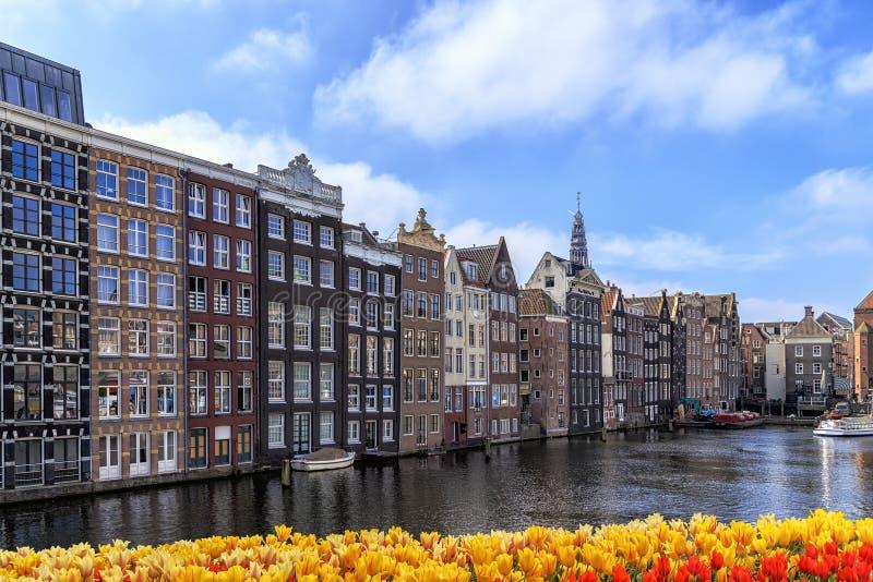 Traditionella gamla byggnader i Amsterdam royaltyfri foto