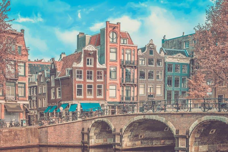 Traditionella gamla byggnader i Amsterdam arkivfoto