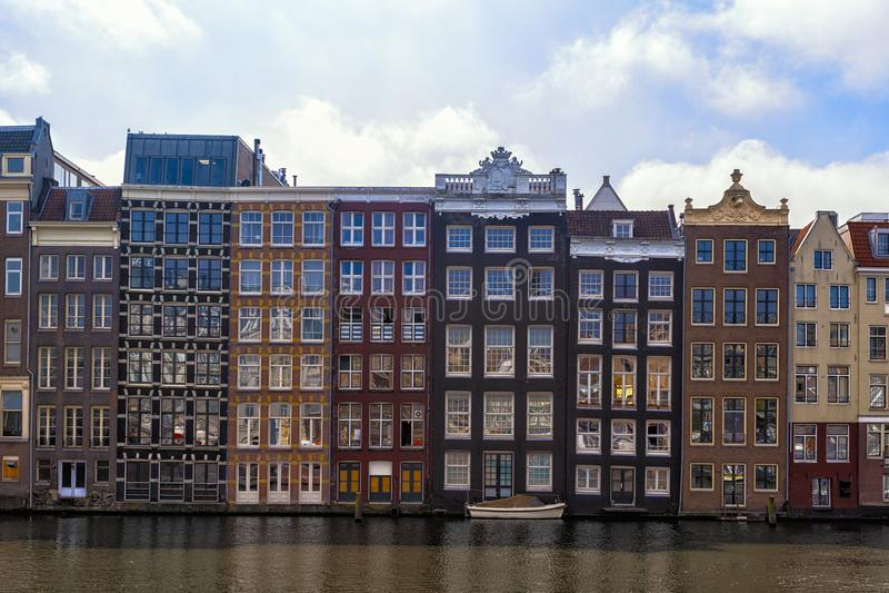 Traditionella gamla byggnader i Amsterdam royaltyfri bild