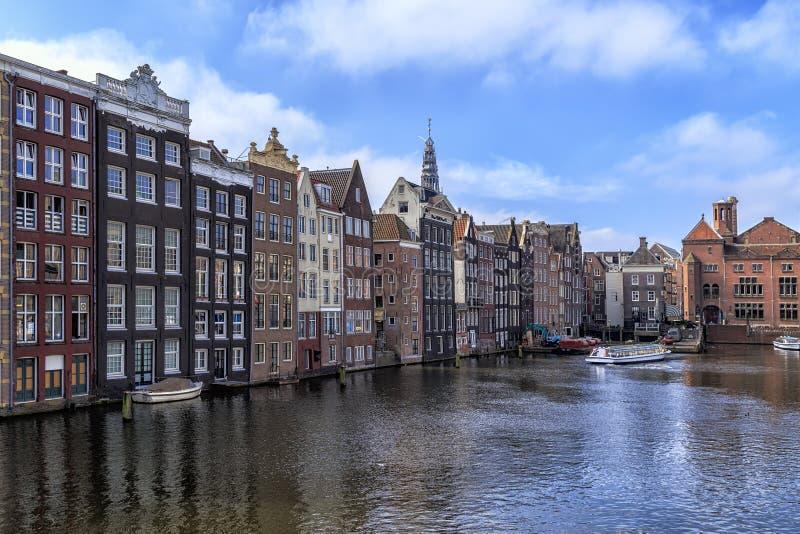 Traditionella gamla byggnader i Amsterdam arkivfoton