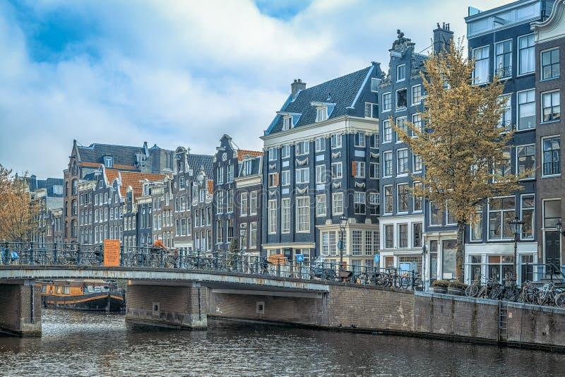 Traditionella gamla byggnader i Amsterdam arkivbild