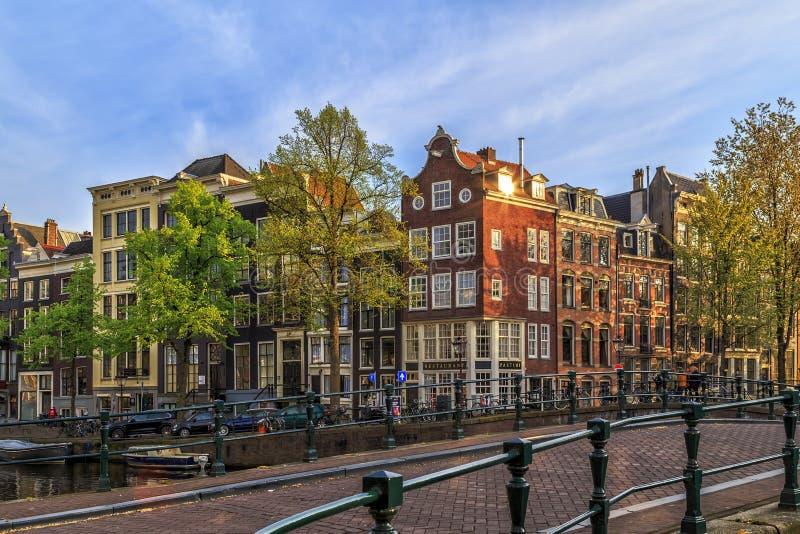Traditionella gamla byggnader i Amsterdam arkivbilder