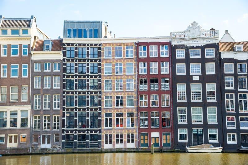 Traditionella gamla byggnader i Amsterdam, Nederländerna royaltyfria bilder