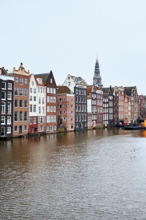 Traditionella gamla byggnader i Amsterdam, Nederländerna fotografering för bildbyråer