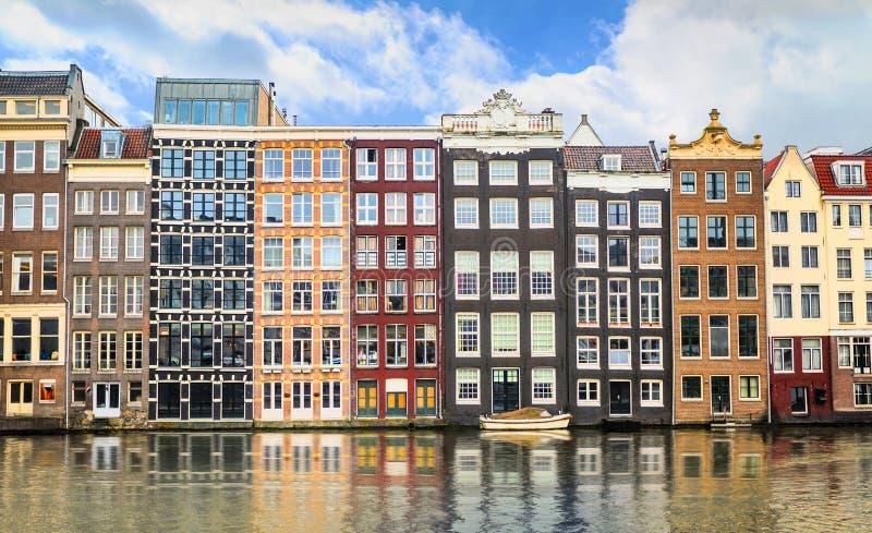 Traditionella gamla byggnader i Amsterdam, Nederländerna royaltyfri fotografi