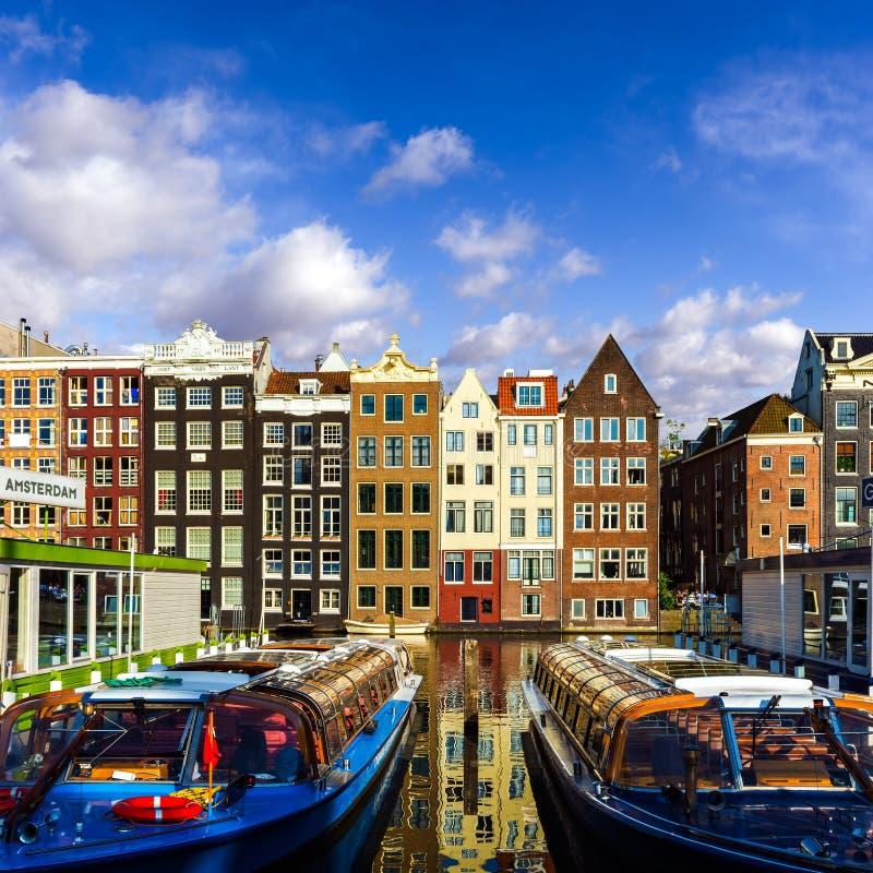 Traditionella gamla byggnader i Amsterdam, Nederländerna arkivfoton