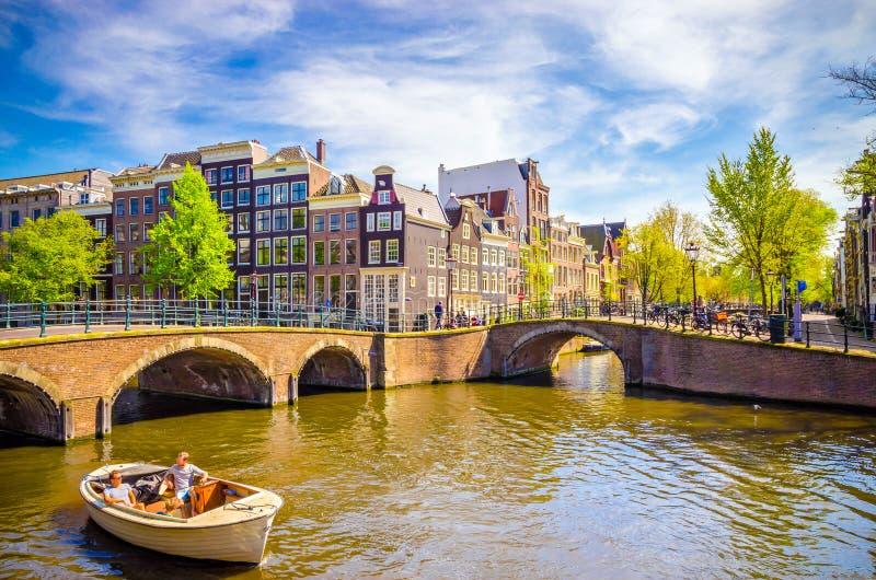 Traditionella gamla byggnader i Amsterdam, Netherland royaltyfria foton