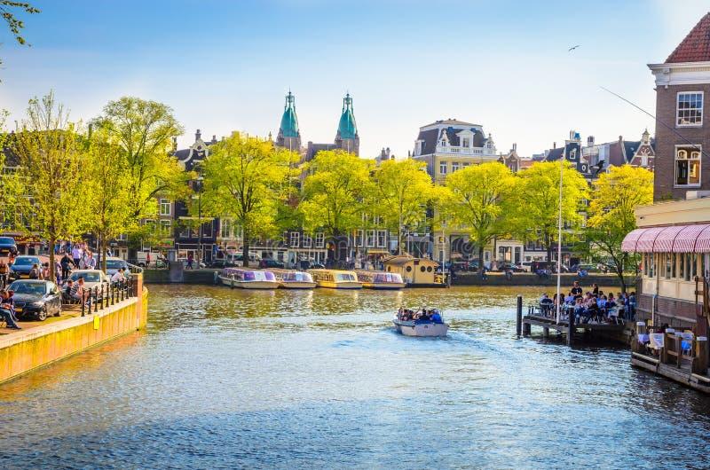 Traditionella gamla byggnader i Amsterdam, Netherland royaltyfria bilder
