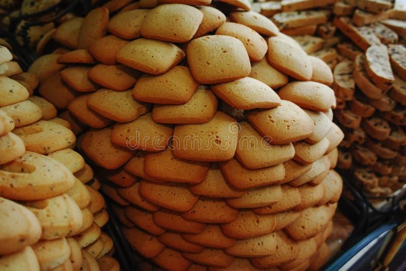 Traditionella gamla franska kex och kakor shoppar, staplar med var arkivfoton