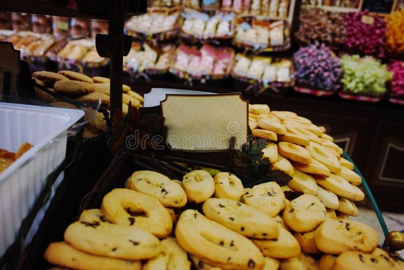Traditionella gamla franska kex och kakor shoppar, staplar med var royaltyfria bilder