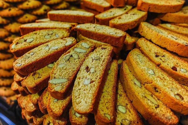 Traditionella gamla franska kex och kakor shoppar, staplar med var royaltyfri bild