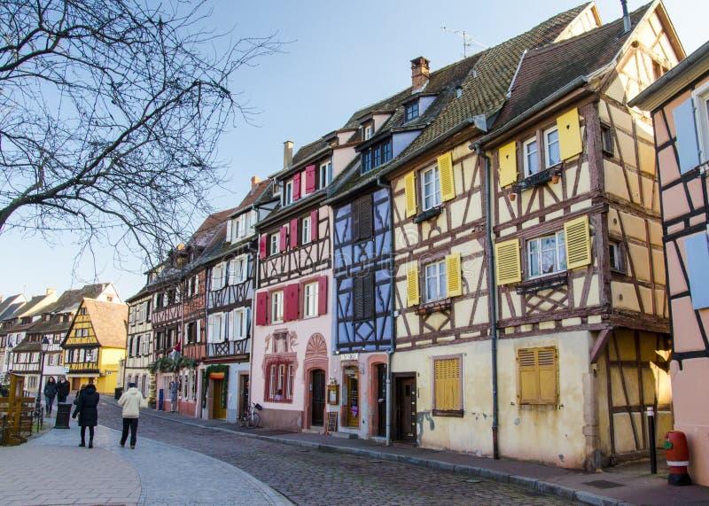 Traditionella, gamla och färgrika hus i Alsace royaltyfria foton