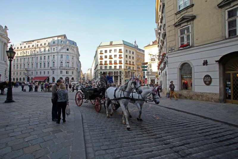 Traditionella gammalmodiga fiacres på Stephansplatz av Wien royaltyfria foton