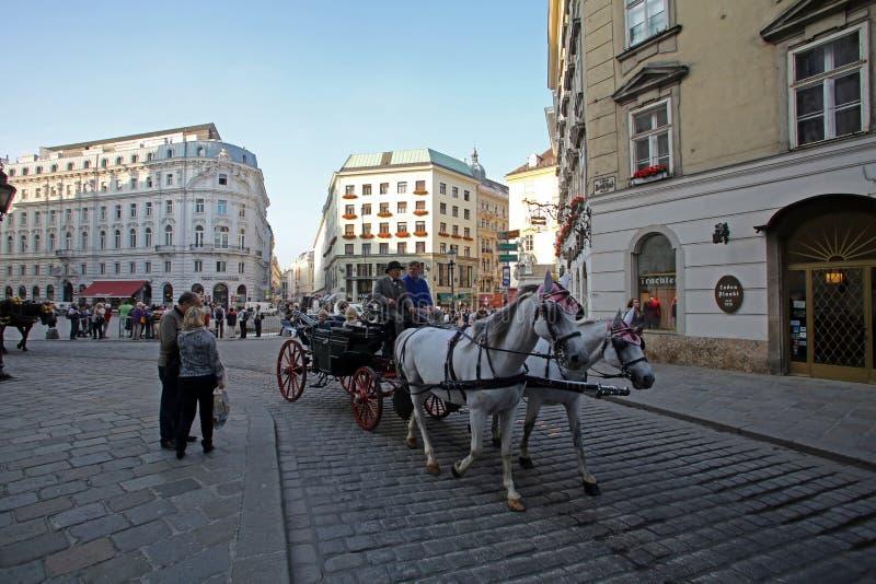 Traditionella gammalmodiga fiacres på Stephansplatz av Wien fotografering för bildbyråer