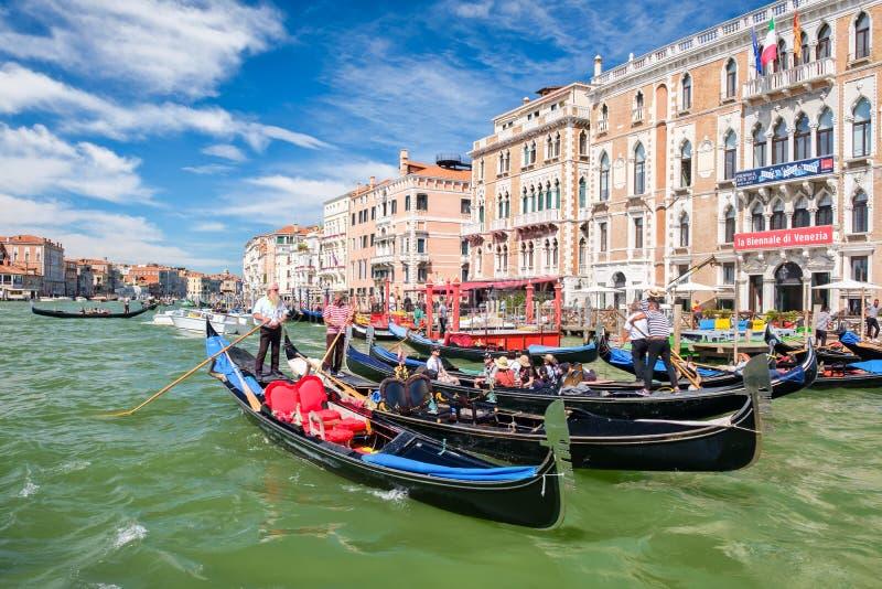 Traditionella gondoler bredvid gamla härliga slottar på Grand Canal i Venedig arkivfoto