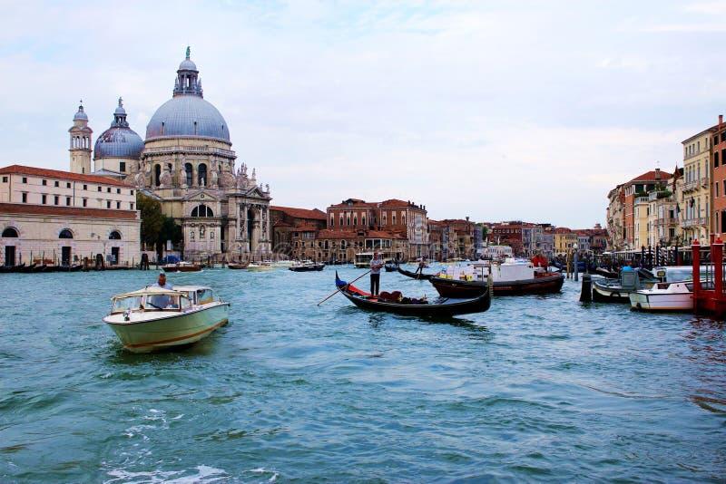 Traditionella gondoler i Grand Canal, nära basilikan Santa Maria della Salute arkivbild