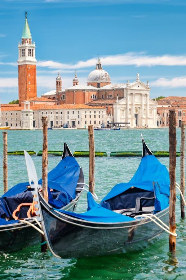 Traditionella gondoler nära St-fläckar kvadrerar i Venedig arkivfoto