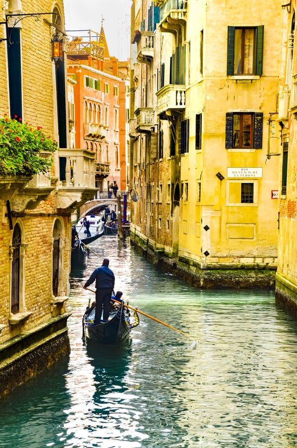 Traditionella gondoler på den smala kanalen i Venedig, Italien arkivbilder