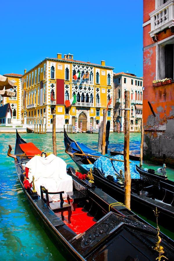 Traditionella gondoler på kanalen som är stor i Venedig, Italien arkivfoton