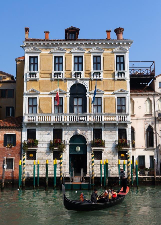 Traditionella gondoler på Venedig royaltyfria bilder