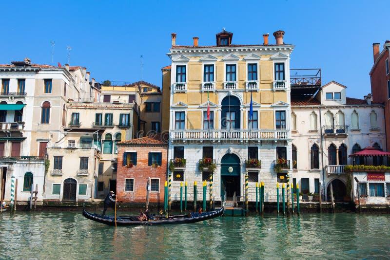 Traditionella gondoler på Venedig royaltyfria foton
