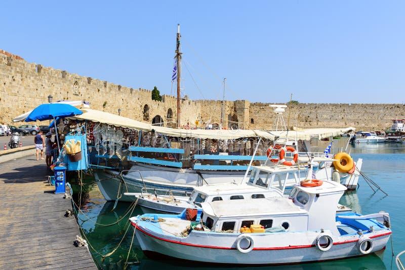 Traditionella grekiska fiskebåtar blir förtöjde på havsport av den Rhodes staden på den Rhodes ön, Grekland arkivfoton
