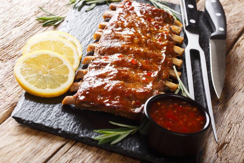 Traditionella grillfestgrisk?ttst?d tj?nade som med den kryddiga s?s- och citronn?rbildtabellen horisontal royaltyfria foton