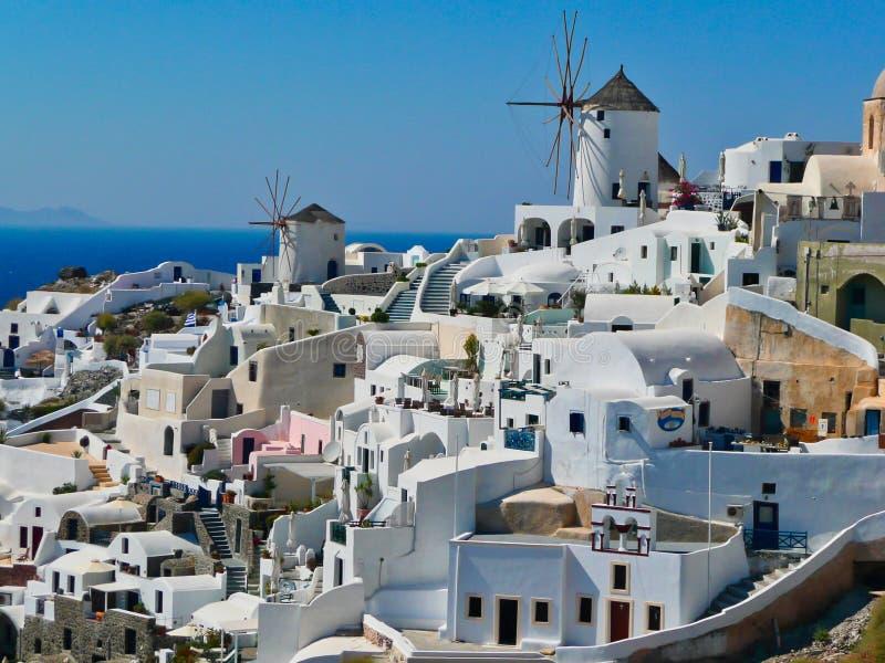 Traditionella halmtäckte väderkvarnar, Oia, Santorini, Grekland royaltyfria foton