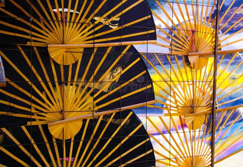 Traditionella handfanparaplyer i rad på väggen - Chiang Mai, Thailand arkivbilder