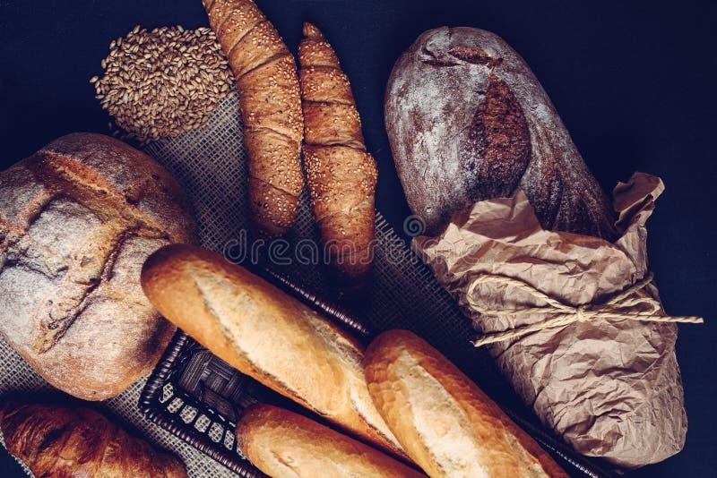Traditionella handgjorda bröd och bakelser arkivbilder