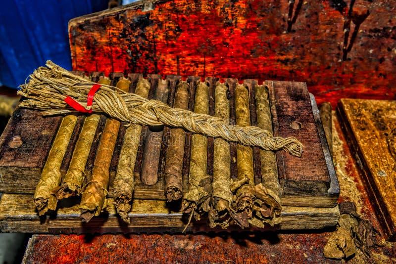 Traditionella handgjorda cigarrer royaltyfri bild