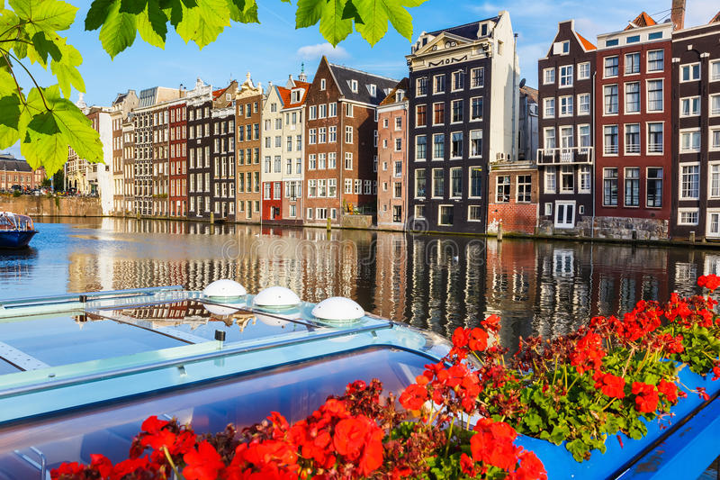 Traditionella holländska byggnader, Amsterdam royaltyfria bilder