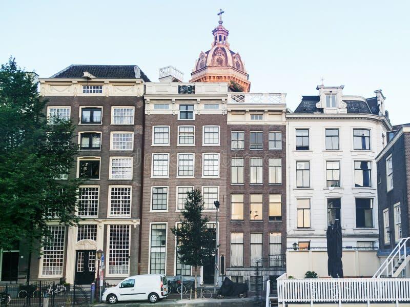 Traditionella holländska medeltida byggnader i Amsterdam, Nederländerna fotografering för bildbyråer