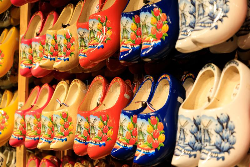 Traditionella holländska träskor på ställer ut i shoppar royaltyfria bilder