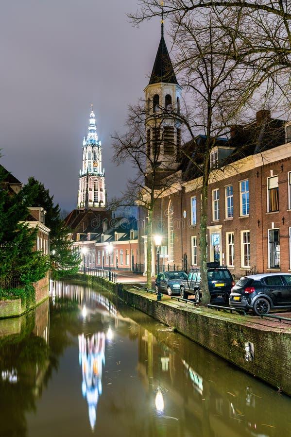 Traditionella holl?ndska byggnader l?ngs en kanal i Amersfoort, Nederl?nderna arkivfoton