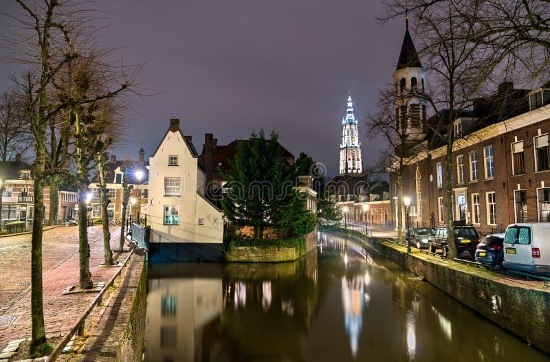 Traditionella holl?ndska byggnader l?ngs en kanal i Amersfoort, Nederl?nderna arkivbild