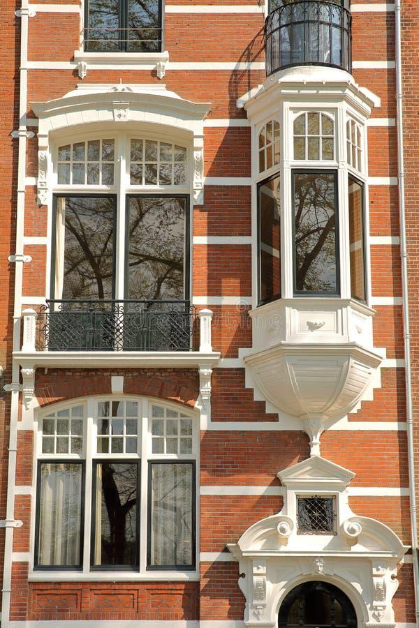 Traditionella holl?ndska gamla fasader som lokaliseras p? den Weesperzijde gatan l?ngs den Amstel floden, Amsterdam arkivfoto